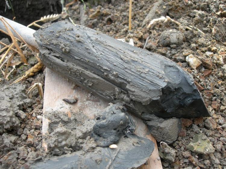 Mahdollinen hapan sulfaattimaa, joka on mustan tai tummanharmaan värinen.